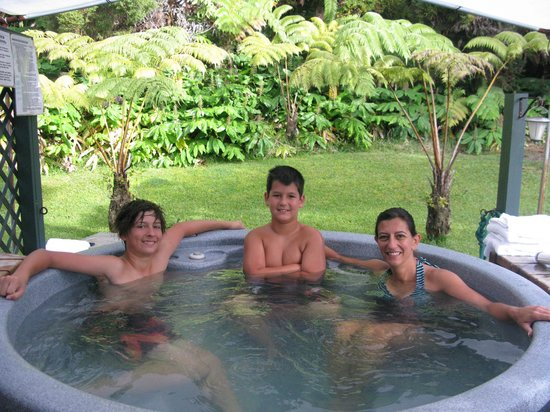 Hapu'u Fern Cottage at Volcano Village: Relaxing in the hot tub after hiking at Volcano Park
