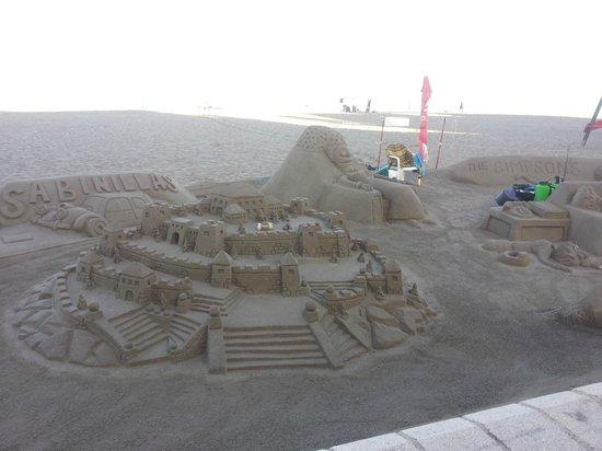 Hotel Dona Luisa: Opera in sabbia di un artista localesulla spiaggia di fronte all'albergo