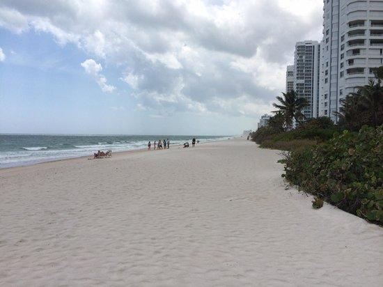 Beachcomber Resort and Villas: Down the beach (south)
