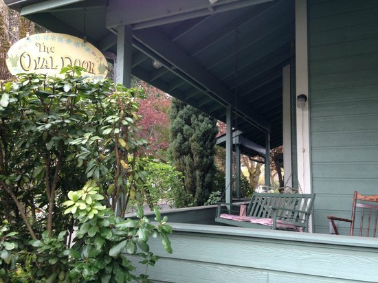 The Oval Door Bed and Breakfast Inn: Wrap Around Porch