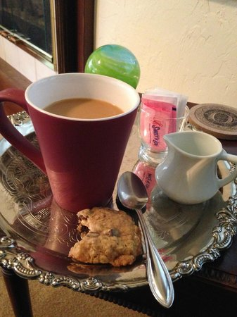 The Oval Door Bed and Breakfast Inn : Coffee w/fresh baked cookie