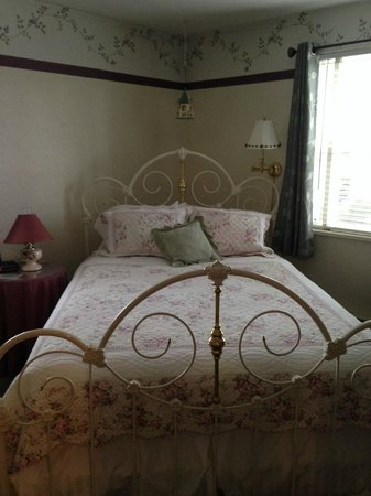 The Oval Door Bed and Breakfast Inn : The Wild Rose Room