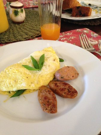 The Oval Door Bed and Breakfast Inn: Asparagus & Feta Omelette w/Maple Sage Sausage