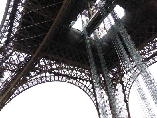 Tour Eiffel : Ver la torre desde justo debajo de ella