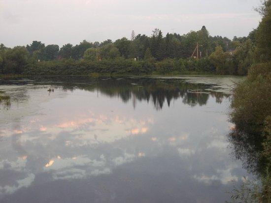 Best Western Spooner Riverplace: Lake behind hotel