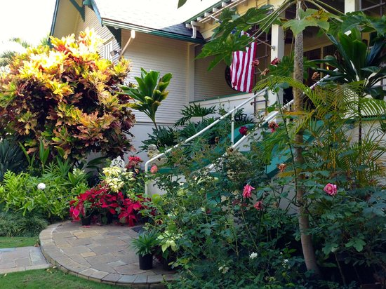 Old Wailuku Inn at Ulupono : Backyard/ rear porch