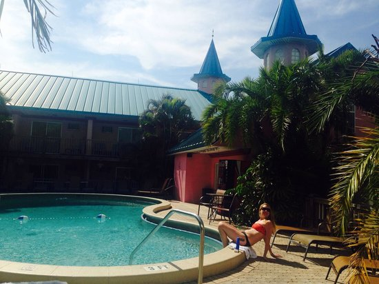 Fawlty Towers Resort Motel: Lovely tropical pool
