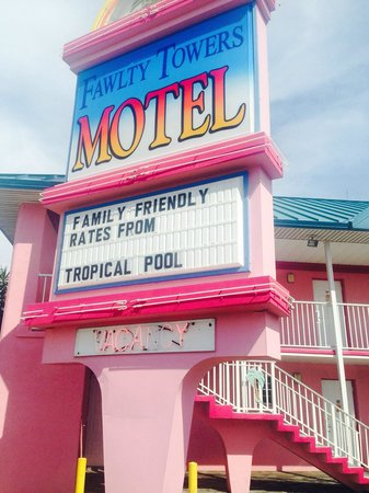 Fawlty Towers Resort Motel: Great location