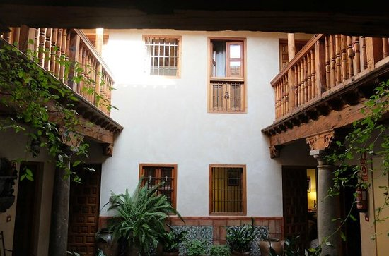 Santa Isabel la Real : 入り口を入ったらすぐの吹き抜け