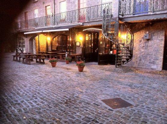 Dillons Bar & Restaurant: Courtyard