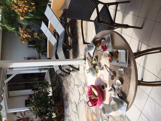 La Metisse: Petit déjeuner sur la terrasse