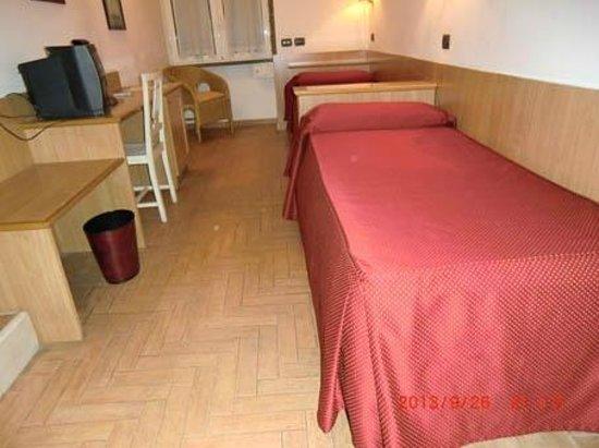 Grand Hotel Europa: ベッドが縦列のツインルーム(荷物を広げる場所がない)