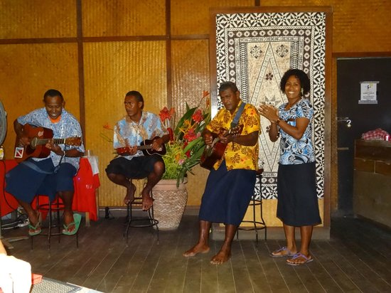 Beqa Lagoon Resort: Band sings nightly during dinner!