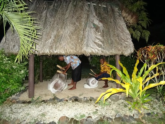 Beqa Lagoon Resort: Drums for dinner
