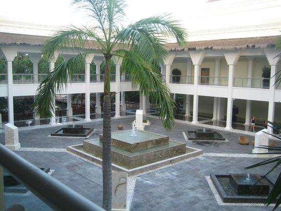 Grand Riviera Princess All Suites Resort & Spa: Main Plazza (connection betweem Riviera & Sunset hotel)