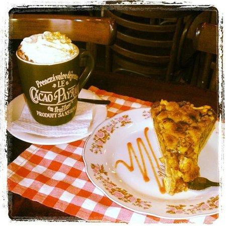 Cafe Tapiz : Caliente chocolate con crema y tarta de manzanas
