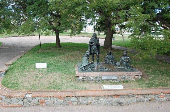 """El Prado: Escultura """"Indios Charruas"""", un homenaje al pueblo indigena y sus últimos habitantes"""