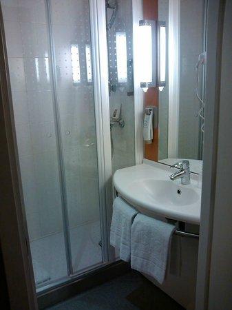 Ibis Porto Centro: O banheiro - muito cheiro de cigarro.