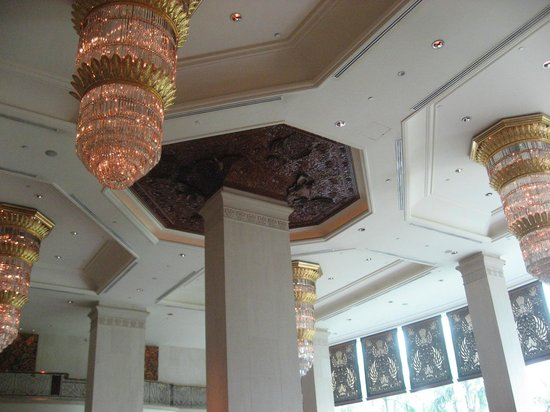 Shangri-La Hotel Jakarta: the ceiling in the lobby lounge