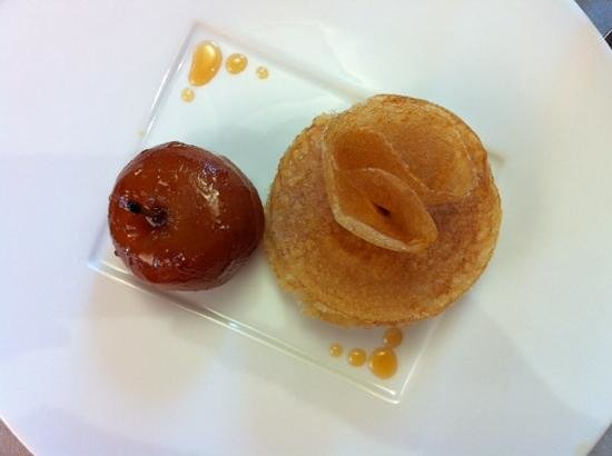 L'Anthocyane : dessert pomme Pilot avec petites crepes. Delicieux et tout en finesse.