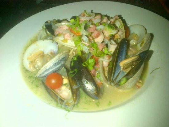 Imprevist: Mussels and clams with pancetta, wine and herbs...wow!