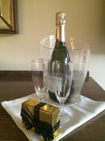 Careys Manor Hotel & SenSpa: Prosecco in our Knightwood room