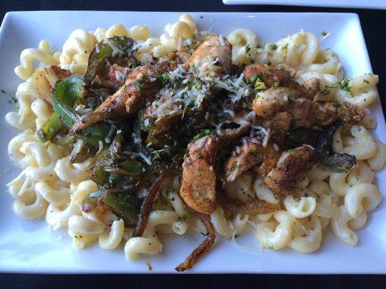 Lake House Restaurant: Cajun Chicken Alfredo over Cavatappi - yummy!