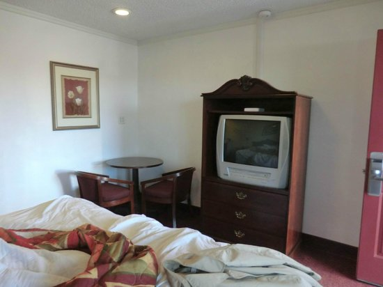 Americas Best Value Inn & Suites- Klamath Falls : Fernseher und Speiseecke
