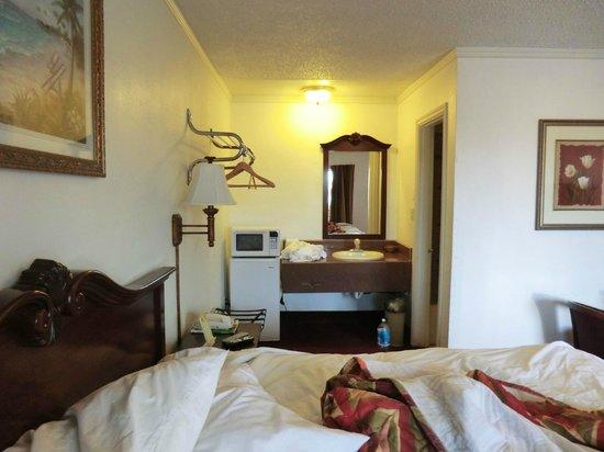 Americas Best Value Inn & Suites- Klamath Falls : Kühlschrank und Microwelle, Waschbecken