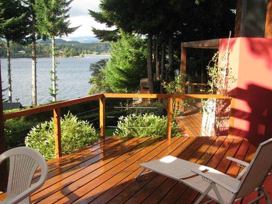 Apart Hotel Cabanas Lago Moreno: El deck visto desde el comedor.