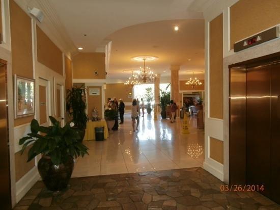 Queen Kapiolani Hotel: lobby