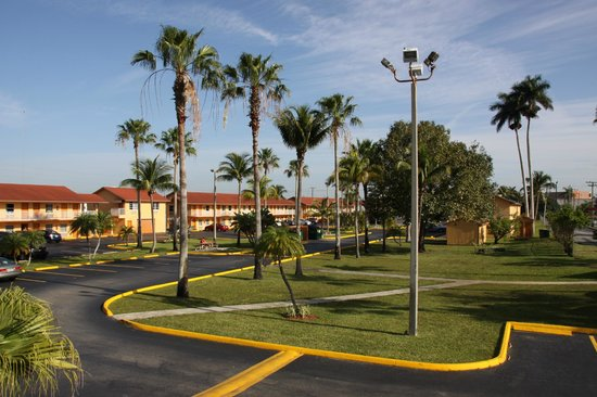 Fairway Inn Florida City : Parking lot