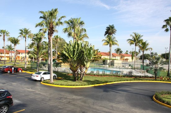 Fairway Inn Florida City : Pool and parking lot