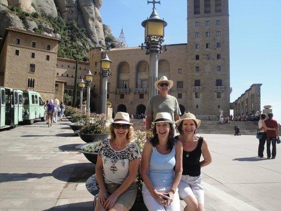 Barcelona Turisme - Afternoon in Montserrat Tour : Pátio da Catedral de Montserrat