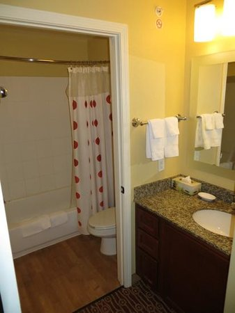 TownePlace Suites Bentonville Rogers : Bathroom
