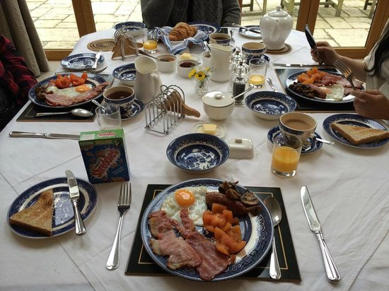 Larkrise Cottage : Delicious Breakfast prepared by Alan with FRESH eggs!