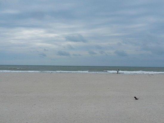 Treasure Bay Resort & Marina: BIG beach - widest part.  Cloudy day