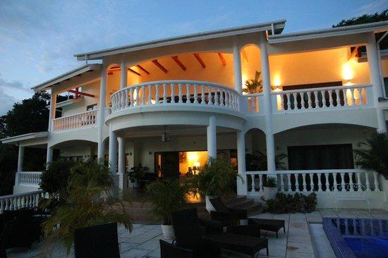 Petit Amour Villa : Front of the villa at sunset