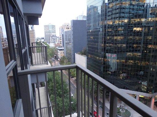 Adina Apartment Hotel Melbourne: View towards Lonsdale.