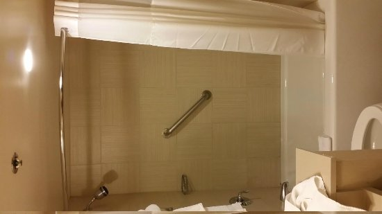 Gold Coast Hotel and Casino: Shower, tiled, tub with a small window which can be openned