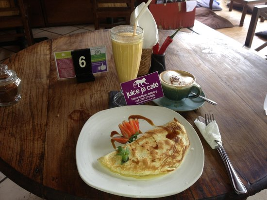 Juice Ja Cafe: Banana Pancake, Monkey Forest Juice & Cappuccino ;)