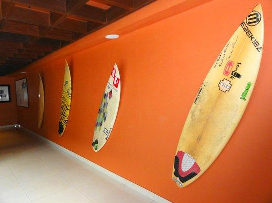 Hard Rock Hotel Bali : оформления коридоров