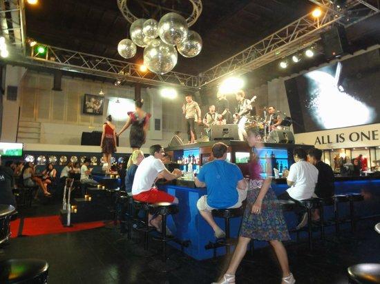 Hard Rock Hotel Bali : на ежедневном концерте в отеле