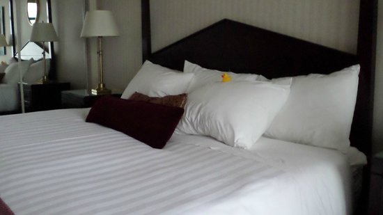 The Listel Hotel Vancouver: big comfy bed