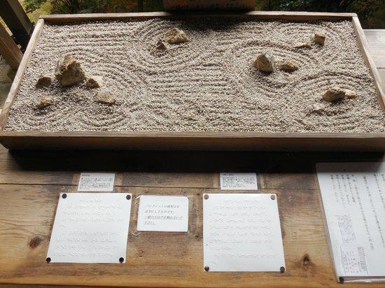 Photo 2 reproduction miniature du jardin zen ryoanji temple kyoto tripadvisor for Jardin zen miniature
