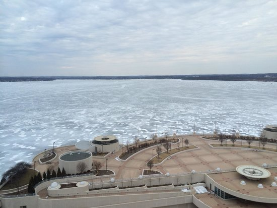 Hilton Madison Monona Terrace : view of convention center and frozen Lake Monona