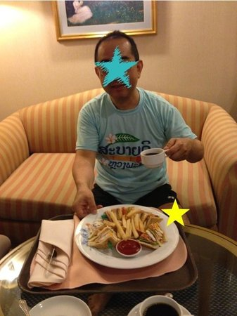 Hotel Windsor Suites & Convention Bangkok: Room Service ルームサービス!ウィンザークラブサンドウィッチ!