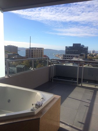RACV/RACT Hobart Apartment Hotel: Waterview of the Derwent river from Hobart's RACV/RACT spa room