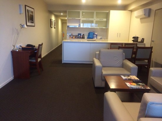 RACV/RACT Hobart Apartment Hotel : Large kitchen, open plan dining & living room