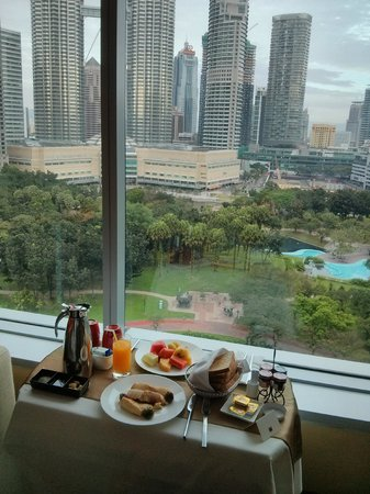Traders Hotel, Kuala Lumpur : breakfast with view